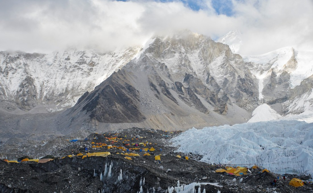 Подниматься на Эверест дешевле в компании, а не в одиночку
