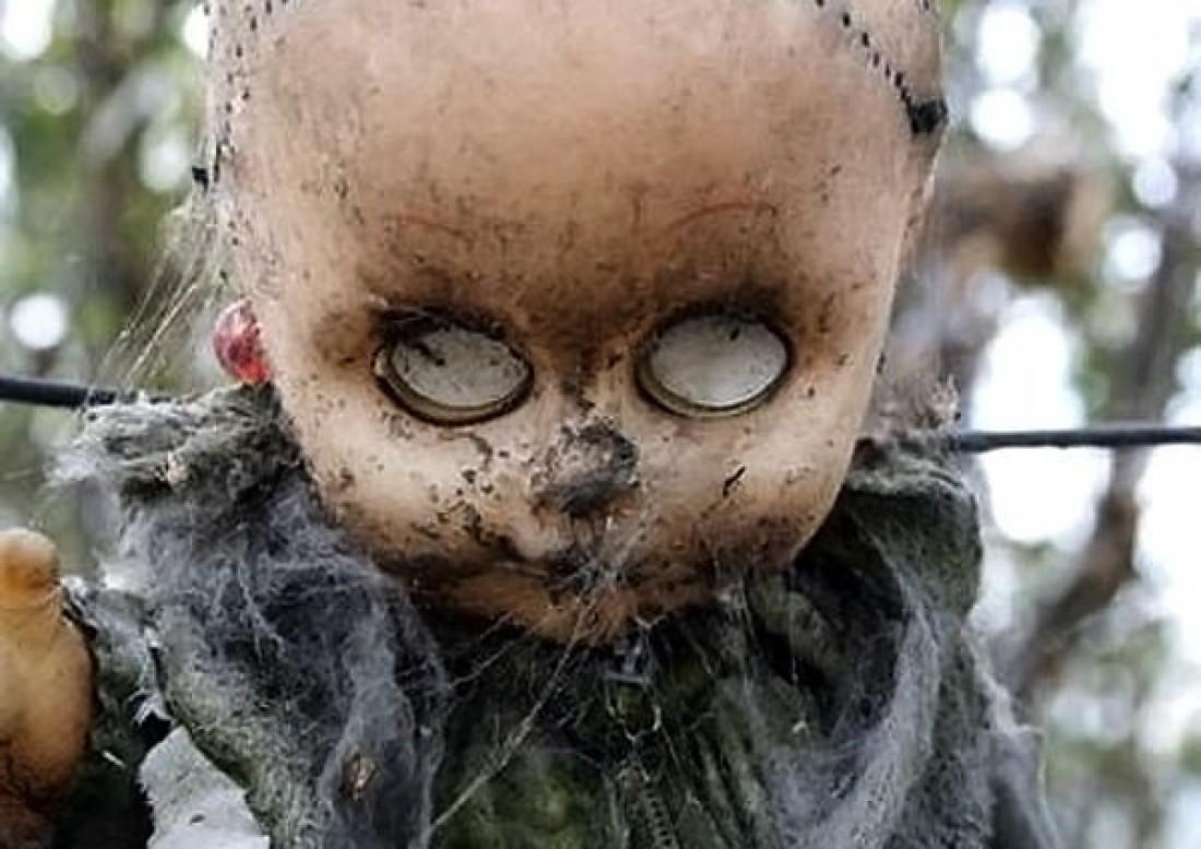 На острове Кукол местный призрак развешивает на деревьях игрушки