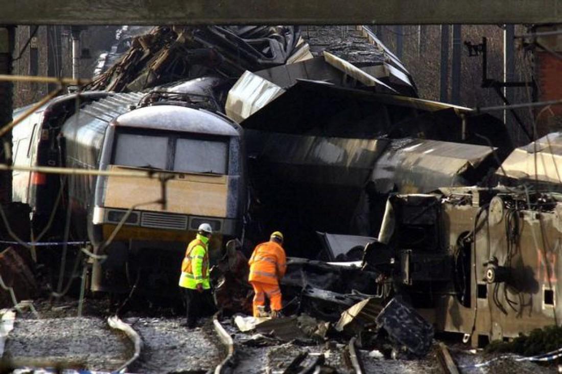 Остатки поезда, сошедшего с рельсов неподалеку Селби