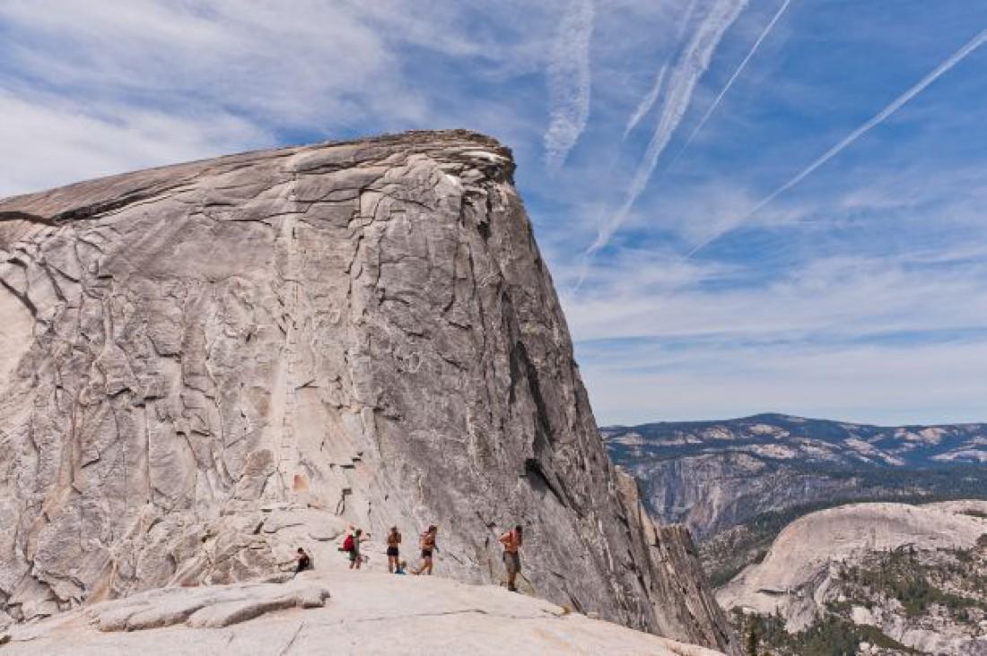 Скала Хаф-Доум — один из крупнейших по величине монолитов в Северной Америке. Вершина находится на высоте 2694 м над уровнем моря