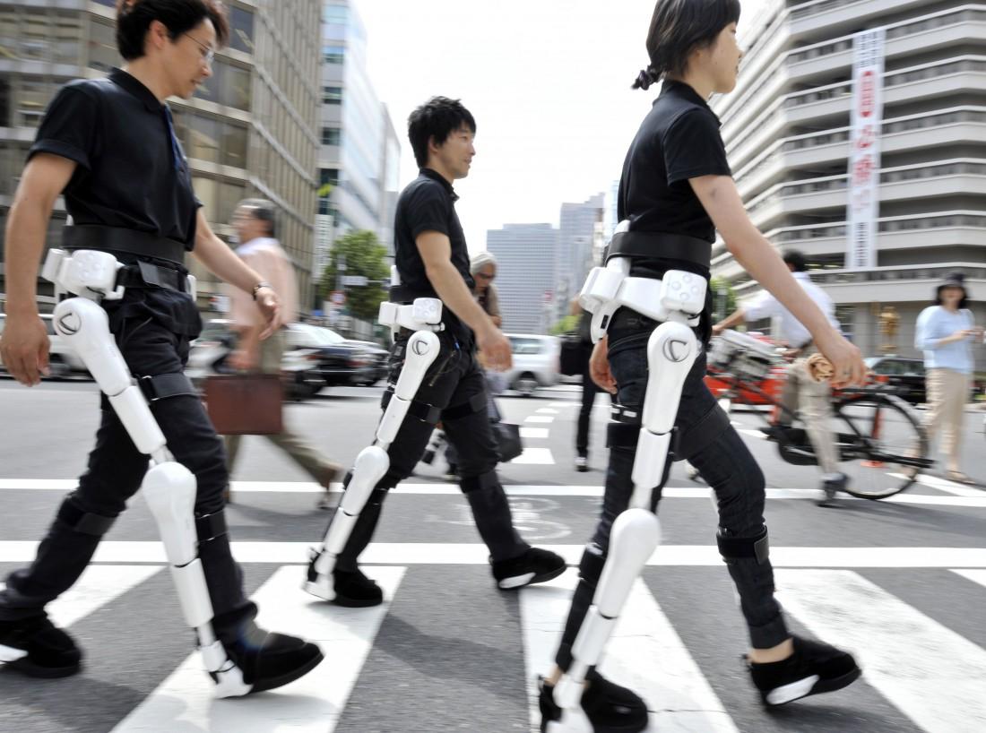 Hybrid Assistive Limb помогает инвалидам становиться на ноги