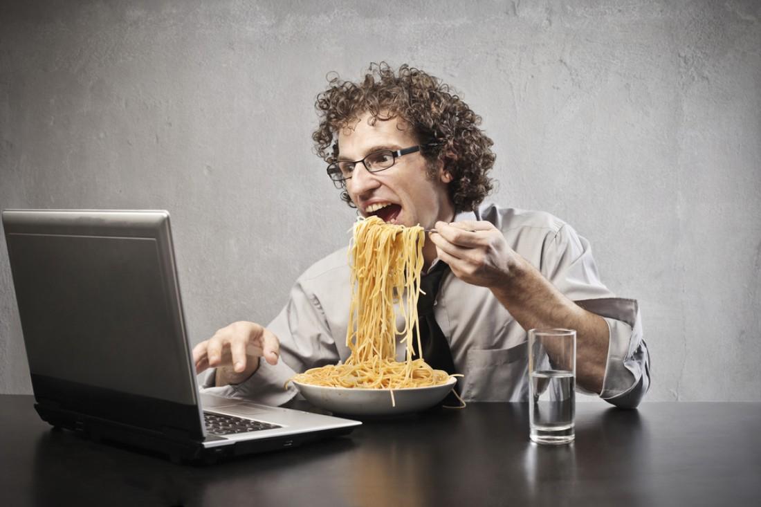 Трапеза перед компьютером угрожает перееданием