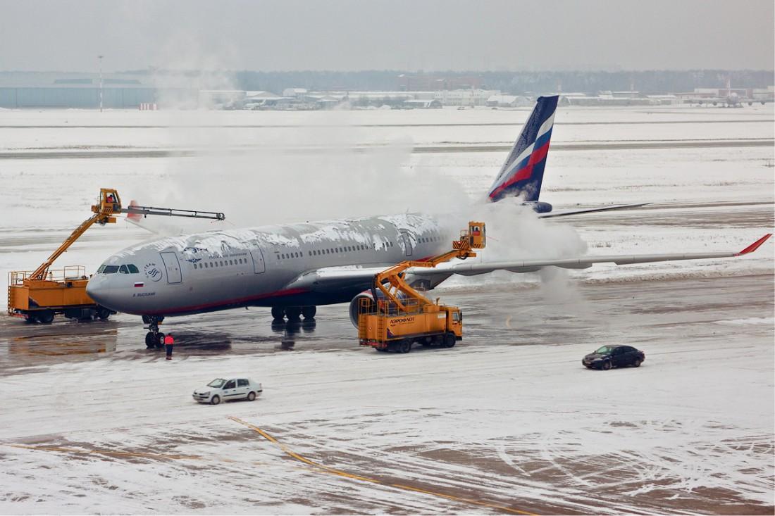 Deicer удаляет лед с крыльев и фюзеляжа самолета