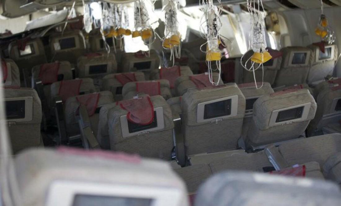 Разгерметизированный и опустевший салон авиалайнера. Мрак