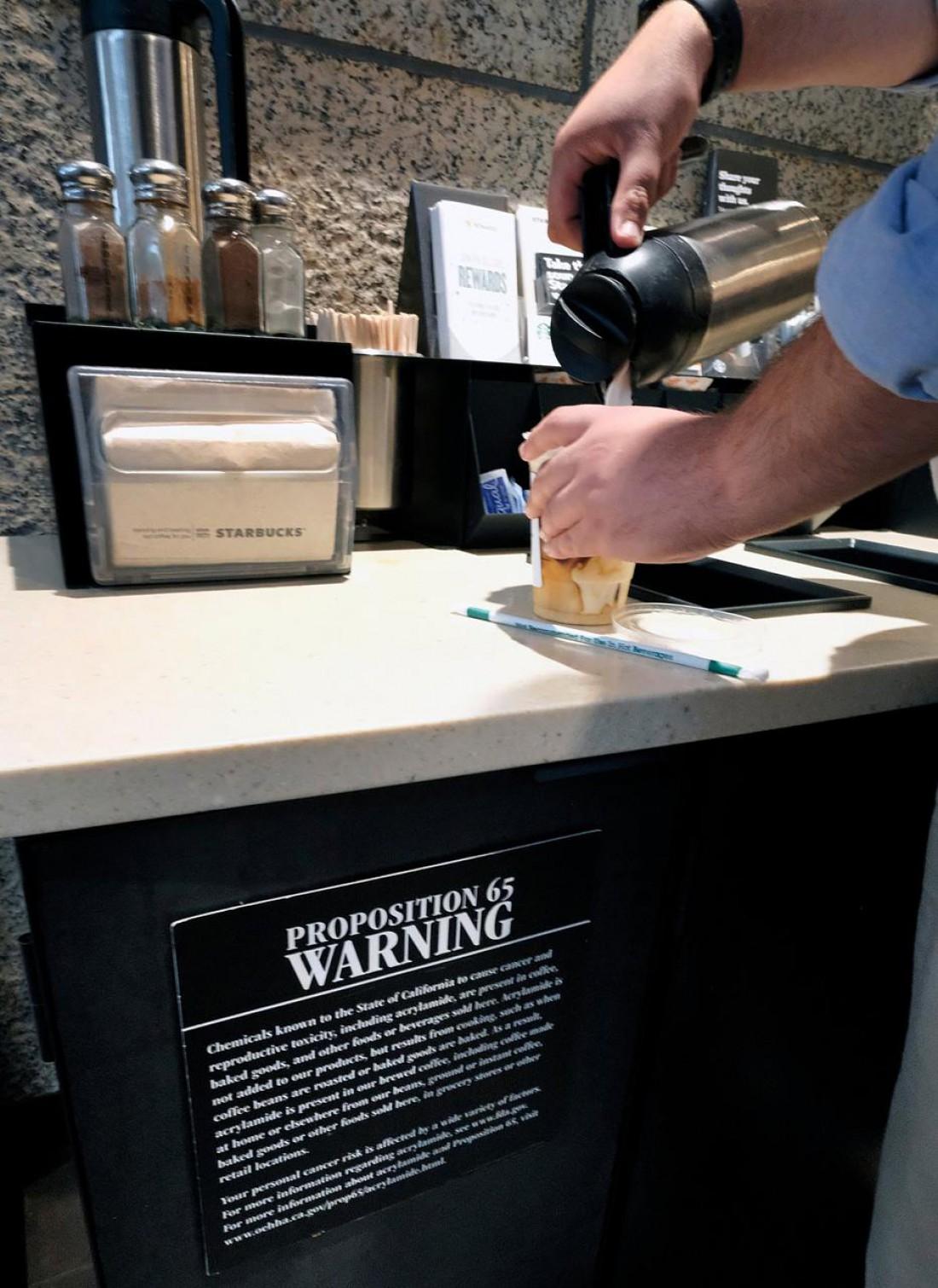 Starbucks. Предупреждающий знак о вреде кофе. Лос-Анджелес, Калифорния