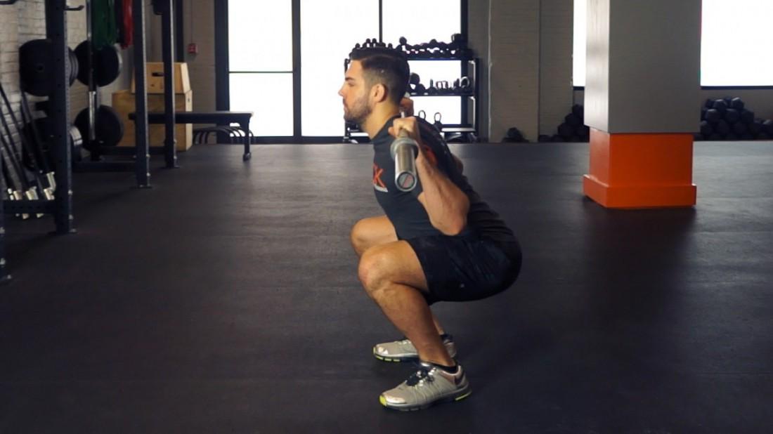 Начинай тренировку приседанием с пустым грифом на плечах
