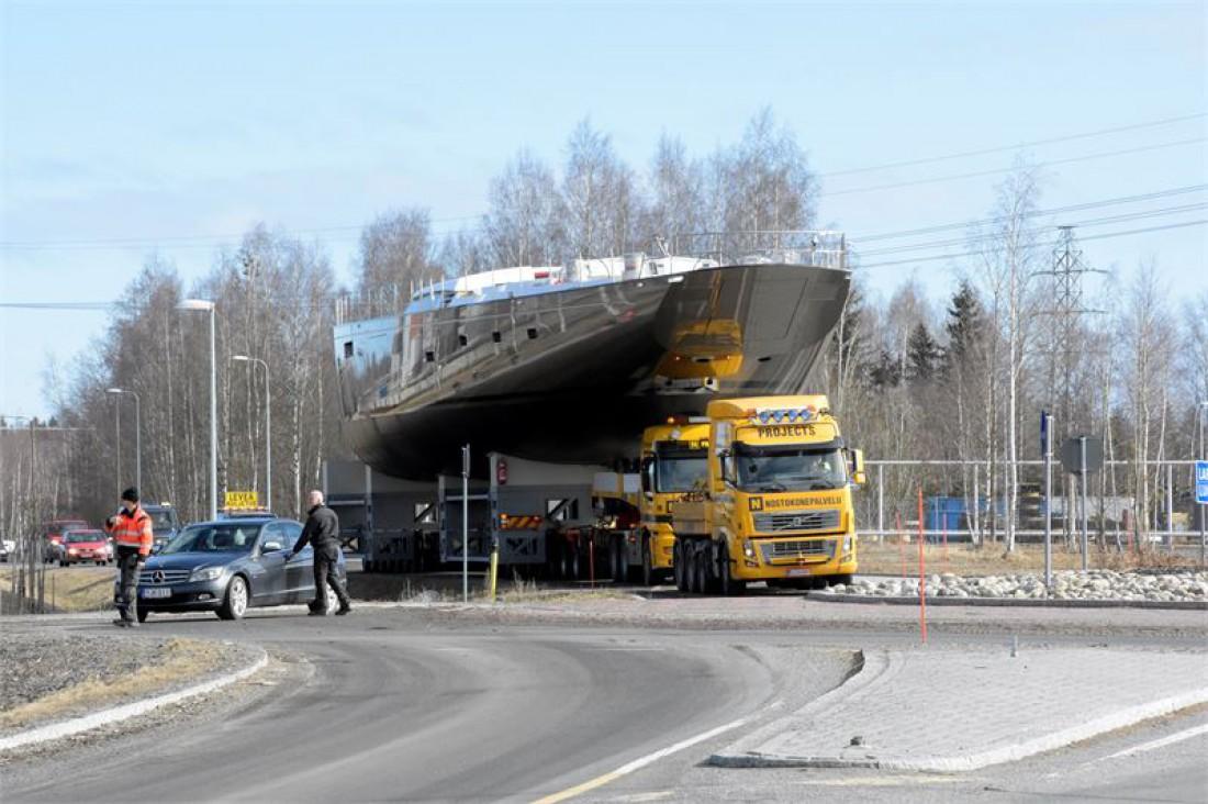 Грузовик Volvo тащит на горбу Pink Gin VI — самую легкую яхту в мире