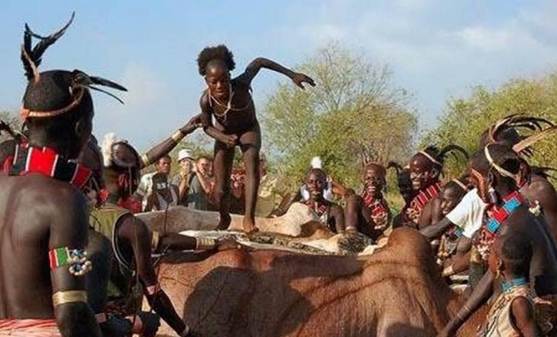 Мальчик, бегущий по спинам кастрированных быков