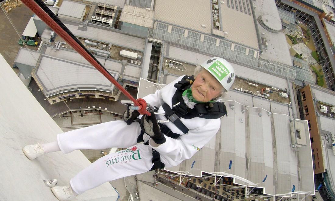 101-летия Дорис Лонг. Спускается со 100-метровой Spinnaker Tower