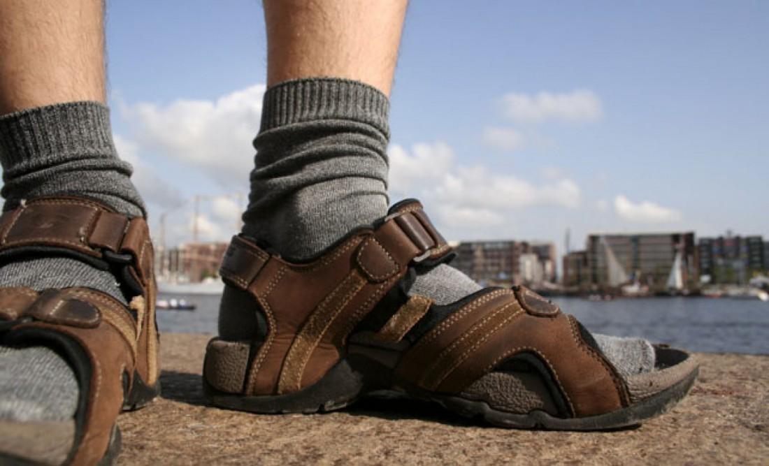Сандалии с носками оставь для своих вылазок на природу