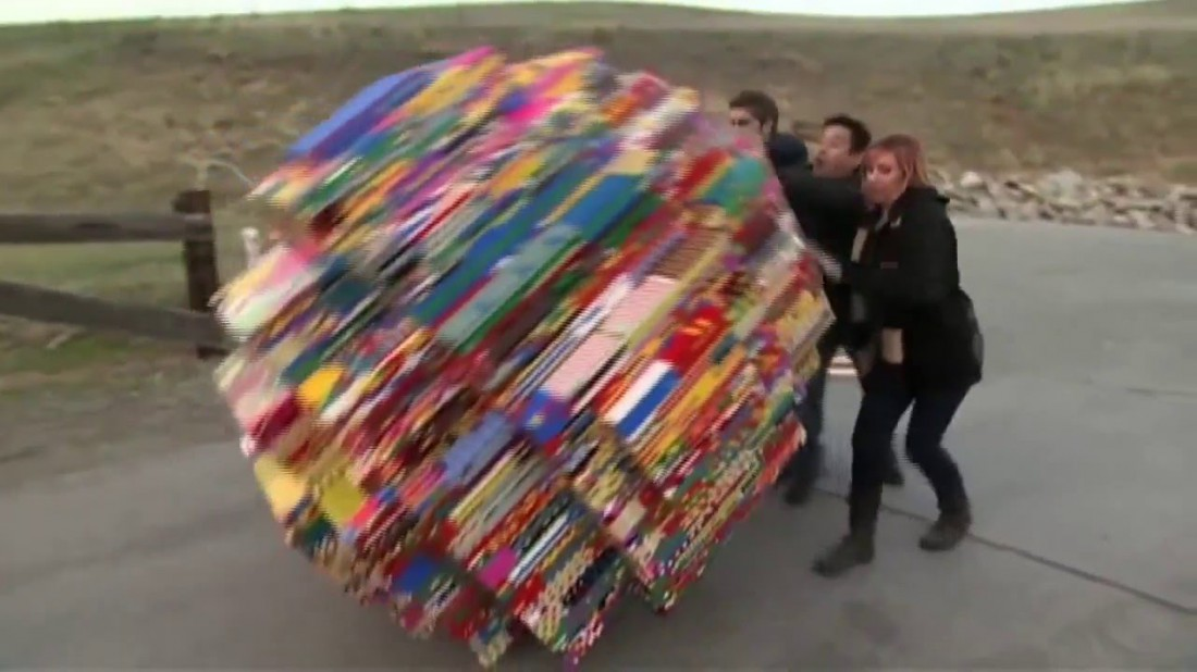 Кери, Грант и Тори. Толкают 1350-килограммовый лего-шар