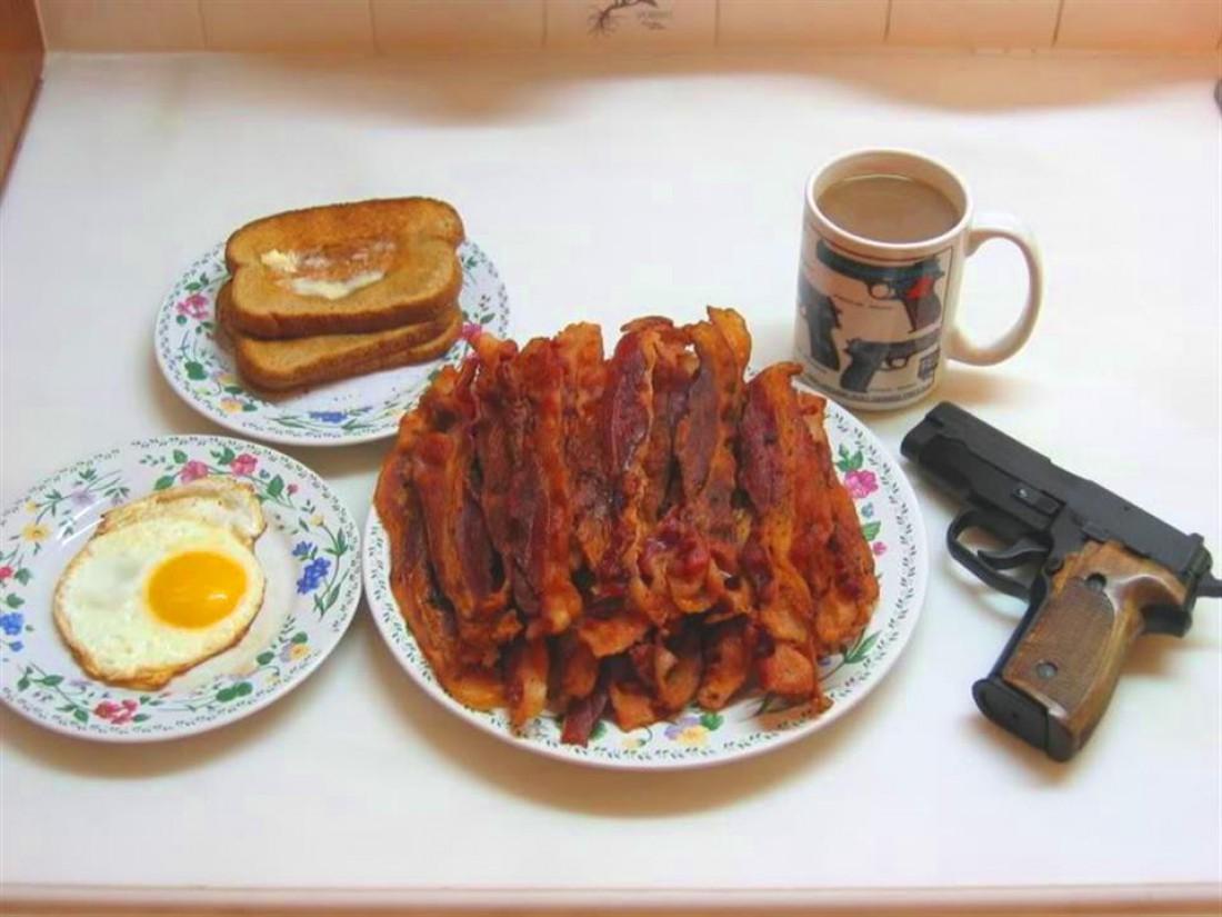 Яйца, бекон, тосты и кофе со стволом — традиционный завтрак британского бандита