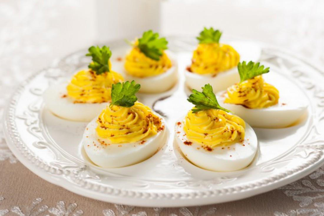 Фаршированные яйца с горчицей и паприкой