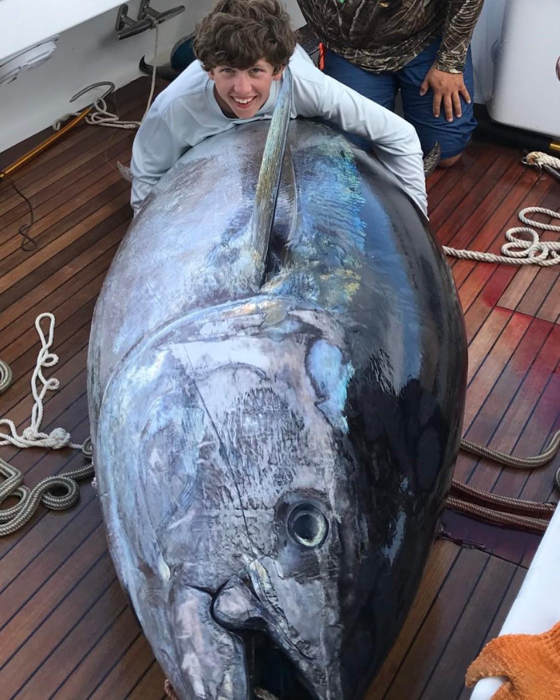 Калеб Ричардсон (52 кг) и голубой тунец (378 кг)