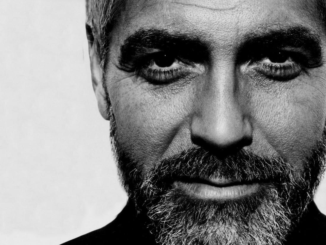 Клуни и борода. Намекает: с ухоженной щетиной смотришься солиднее
