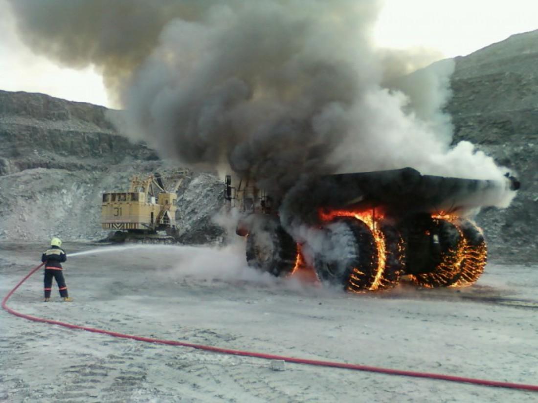 Один из семейства БелАЗ в пламенных объятиях огня