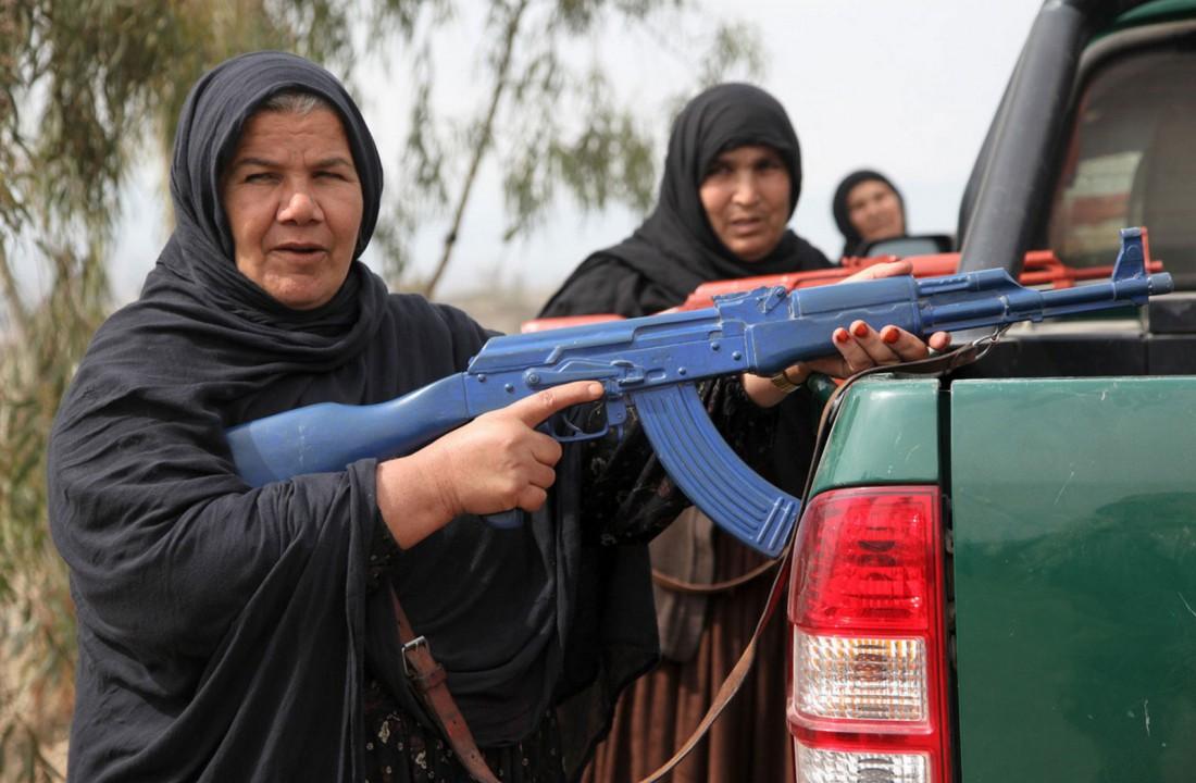Суровое лицо и АК-47 — главная защита женщин Афганистана