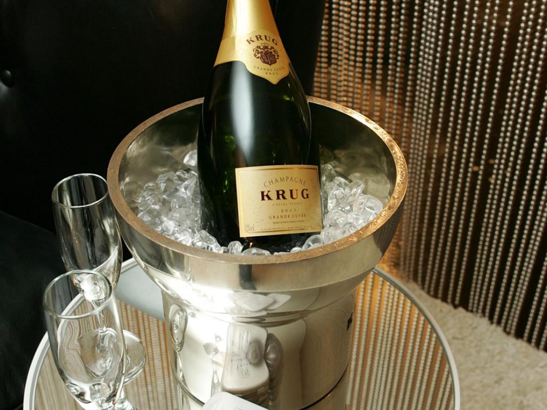 Храни шампанское в ведре с водой и льдом