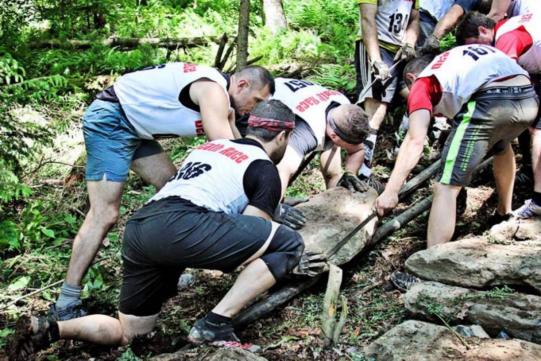 Участникам Spartan Death Race ради победы приходится таскать булыжники