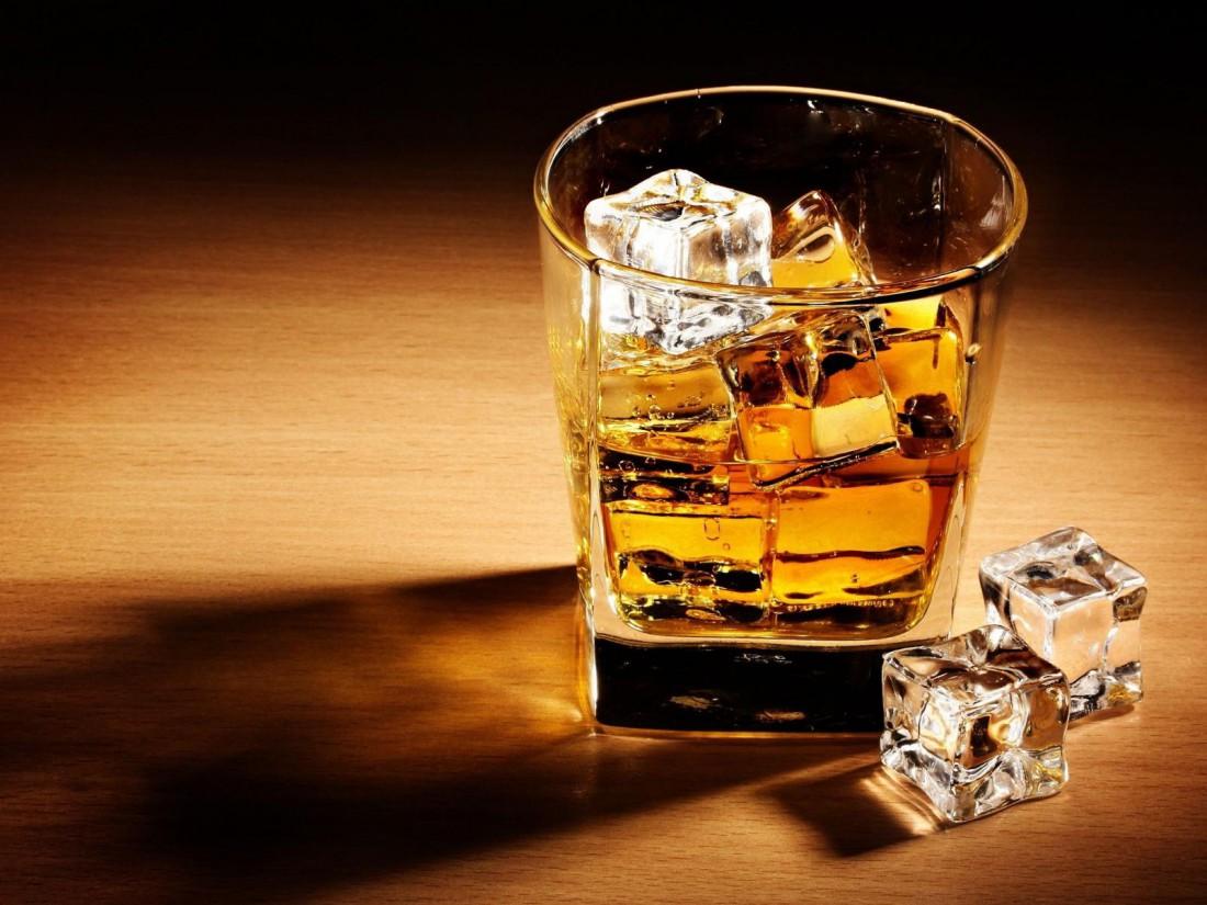 Пей виски со льдом, или разбавляй его водой. Колой напиток только испортишь