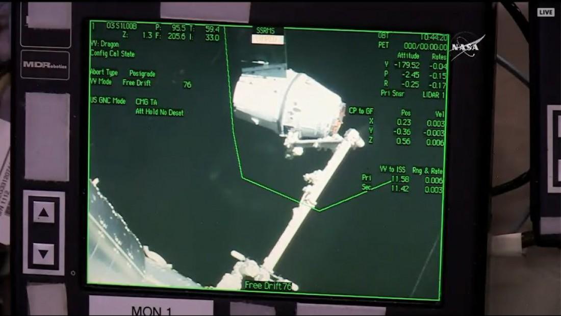 Dragon пойман роборукой МКС