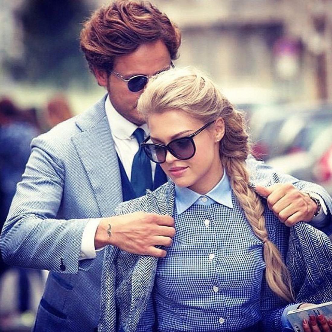 Девушка помогает парню фото