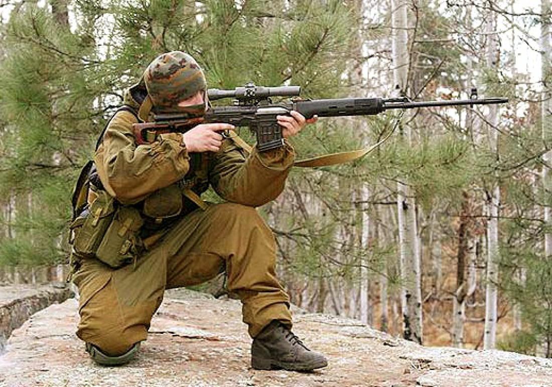 Пехотный снайпер входит в группу прикрытия личного состава