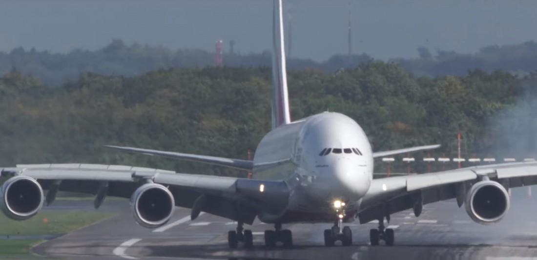 При посадке хвостовую часть Airbus A380 развернуло в другую сторону