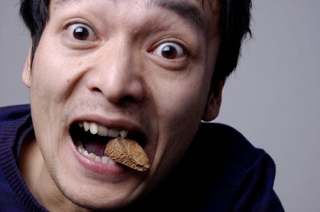 Как бросить курить? Займи рот едой. Желательно здоровой. Например, орехами