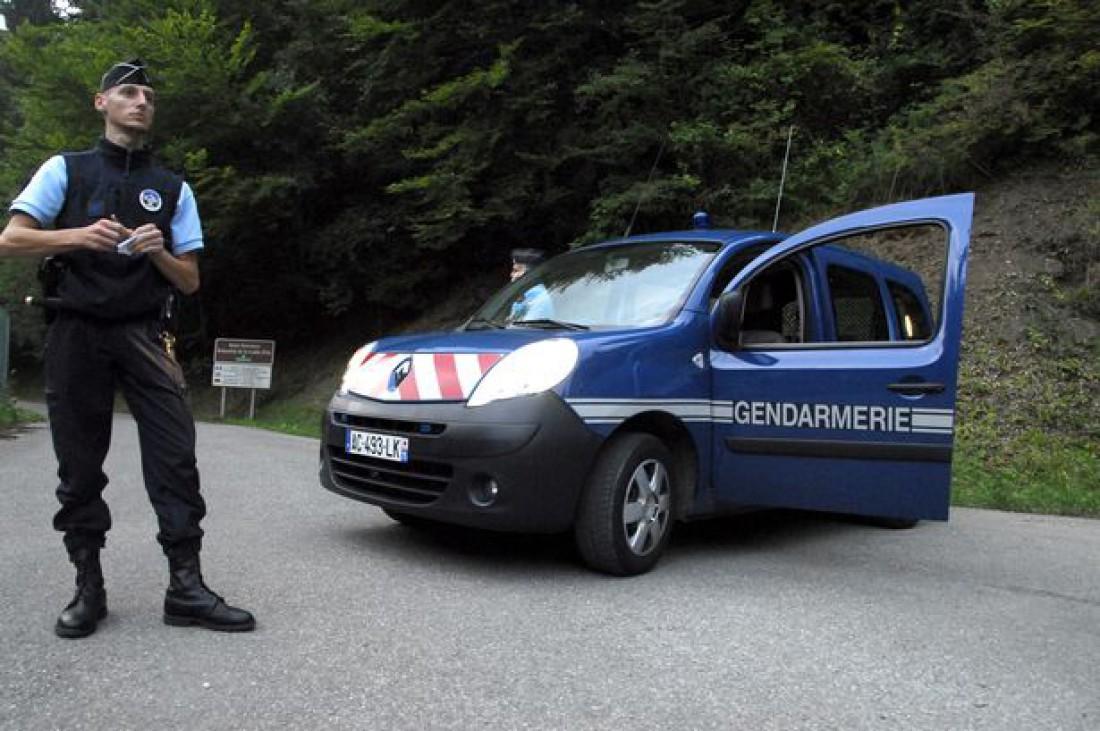 Говорят, во Франции фотографировать жандармов и их служебные авто нельзя