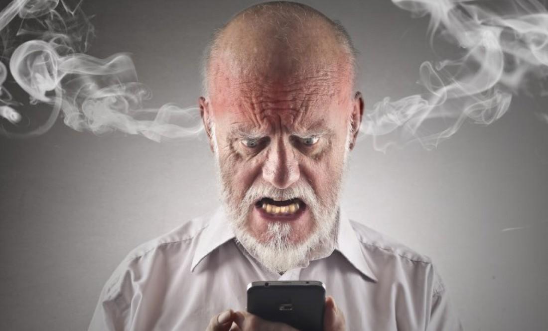Свечение экрана мобильника тоже бьет по зрению человека