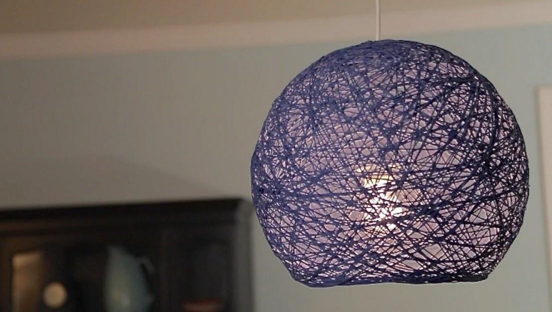 Из нитки и клея можно делать не только светильники, но и люстры