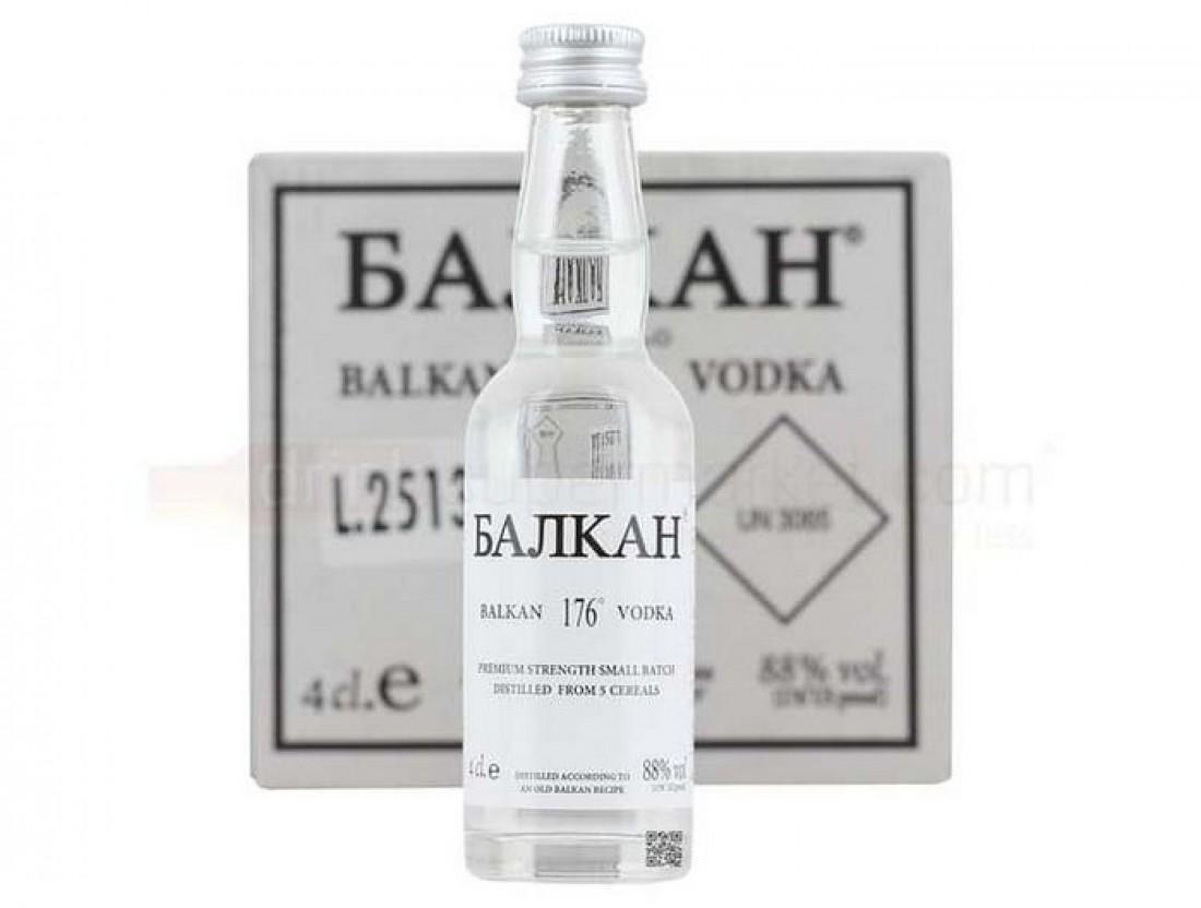Водка Балкан. На упаковке 13 надписей о том, что пить ее опасно