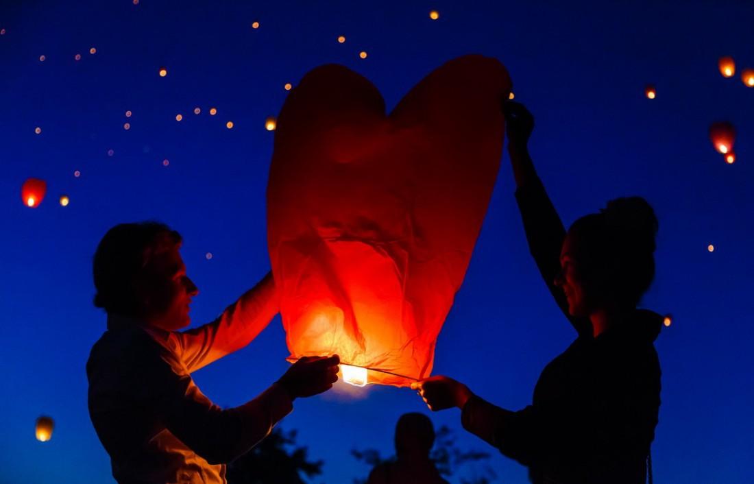 Запустить воздушный фонарик — романтика, и тебе почти ничего не стоит