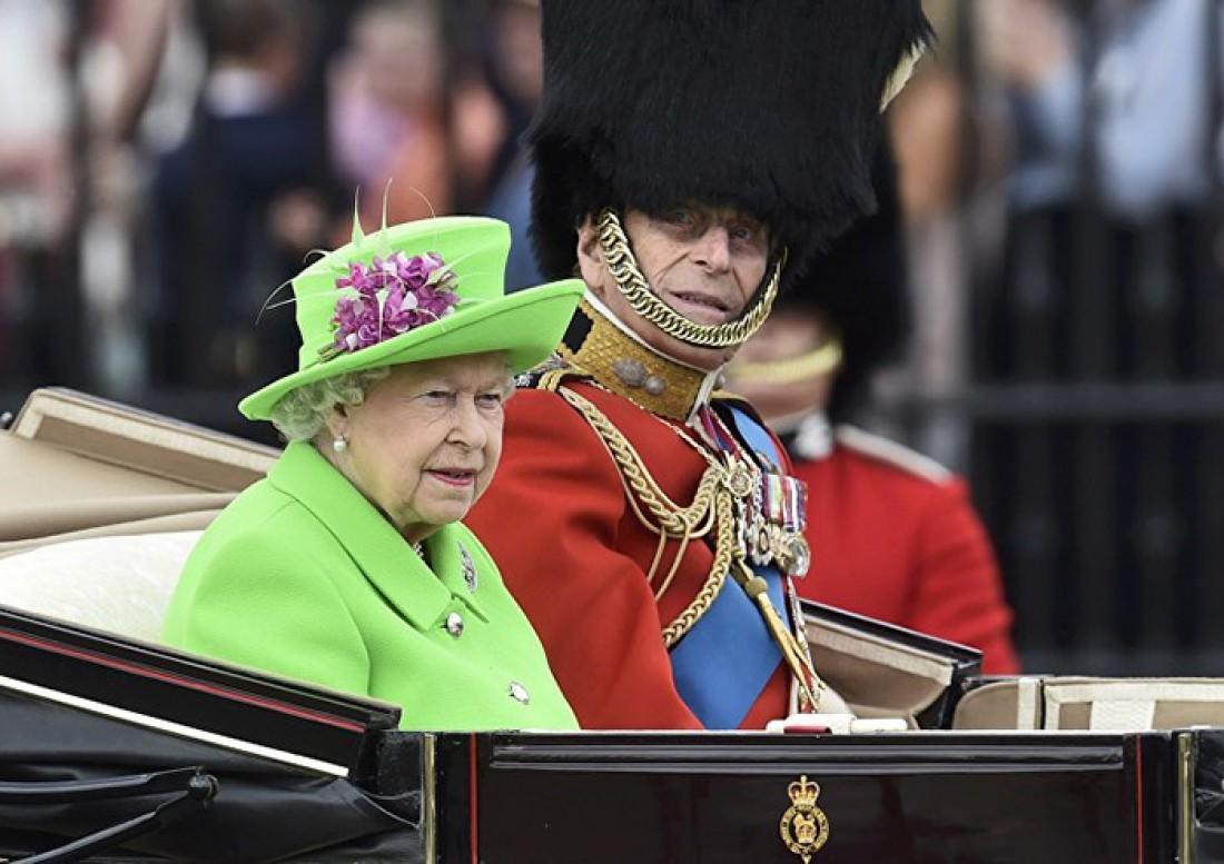 Елизавета II и гвардеец в рамках парада торжественно катят по Лондону