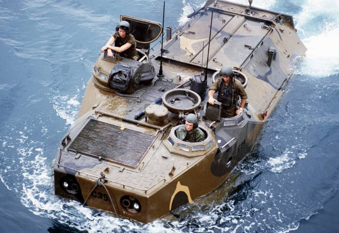LVTP-7 с экипажем. Плещется в водичке