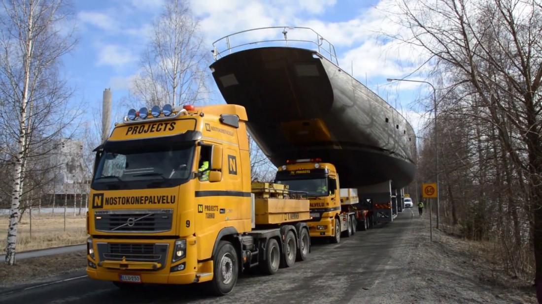 Для транспортировки Pink Gin VI понадобился не один грузовик