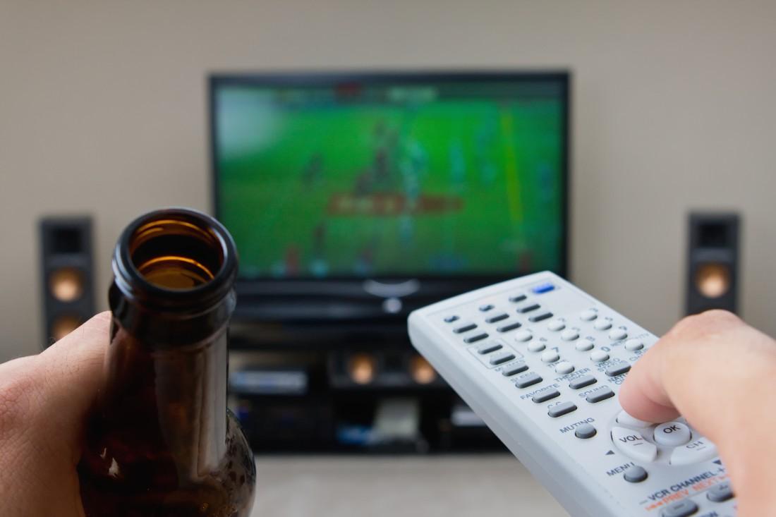 Без шуток: существует профессия сидеть на диване и смотреть ТВ