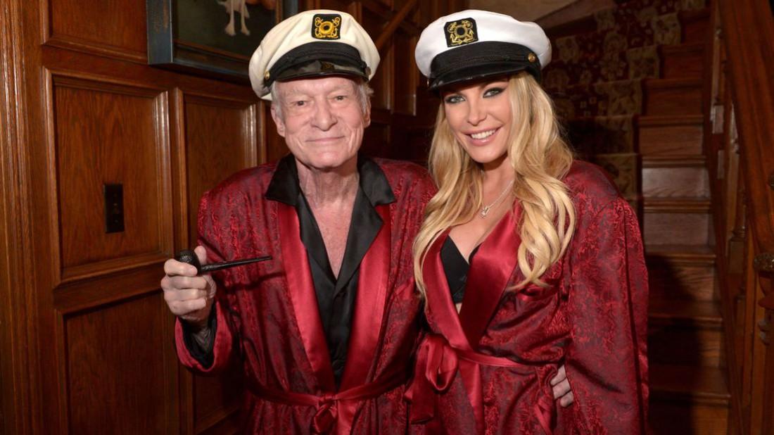 Хью Хефнер с женой Кристал в одном из своих известных домашних пиджаков