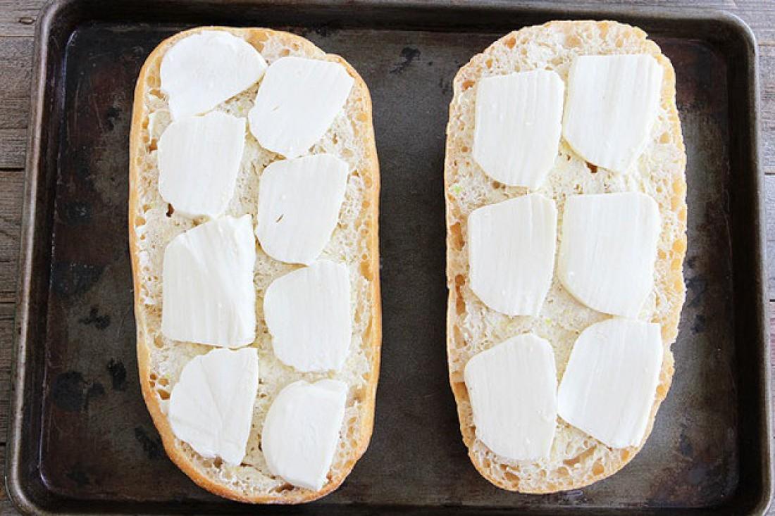 Раскладывай кусочки сыра на хлеб. Ставь в духовку до тех пор, пока сыр не начнет плавиться, а хлеб не покроется золотистой корочкой