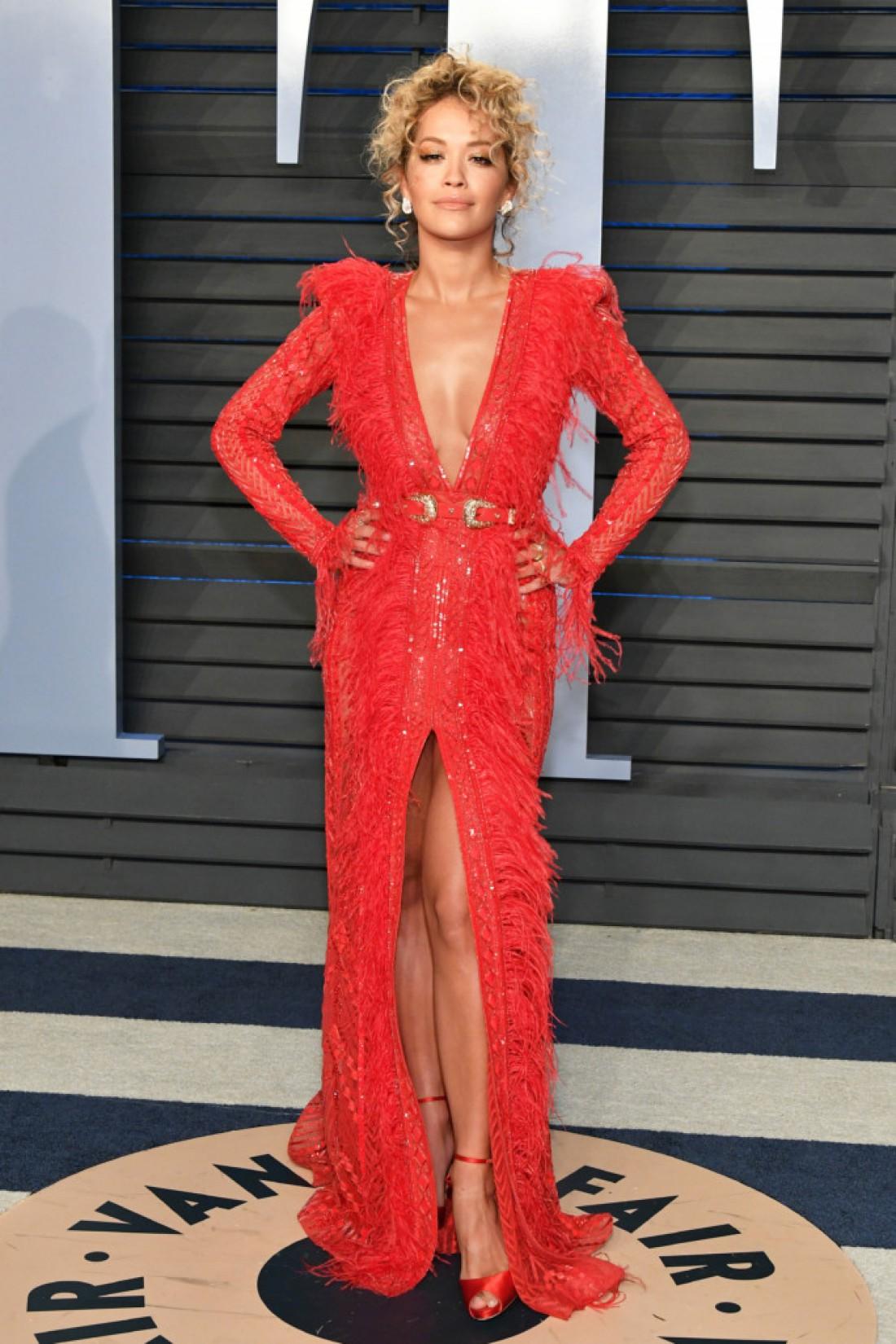 Рита Ора в красном платье в пол с поясом