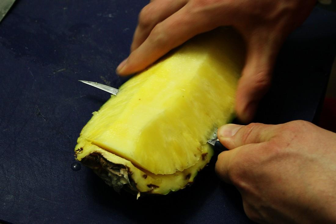 Вот так правильно нарезают ананас