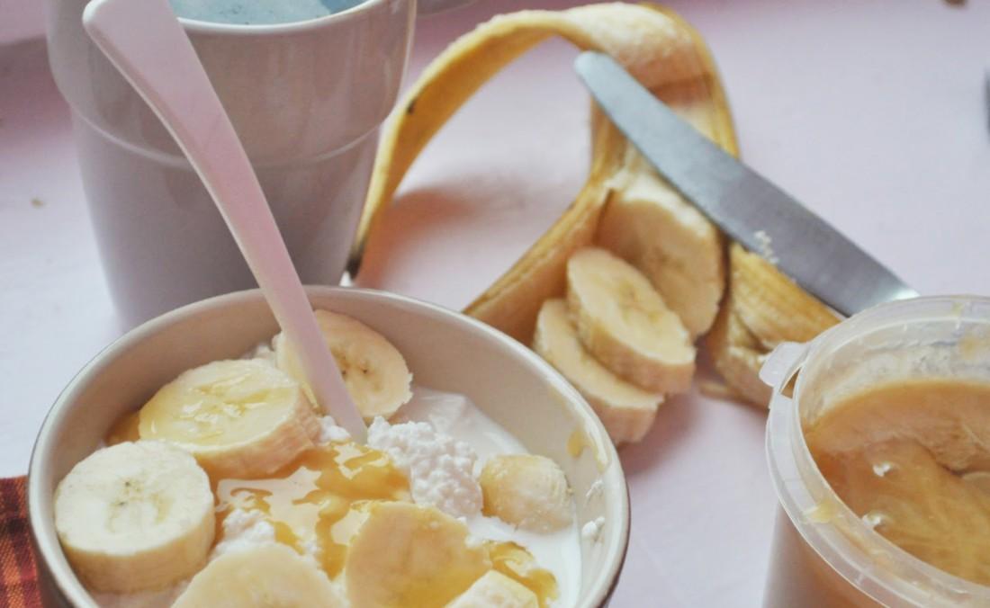 Добавляй в творог с медом бананы — будет более сытно