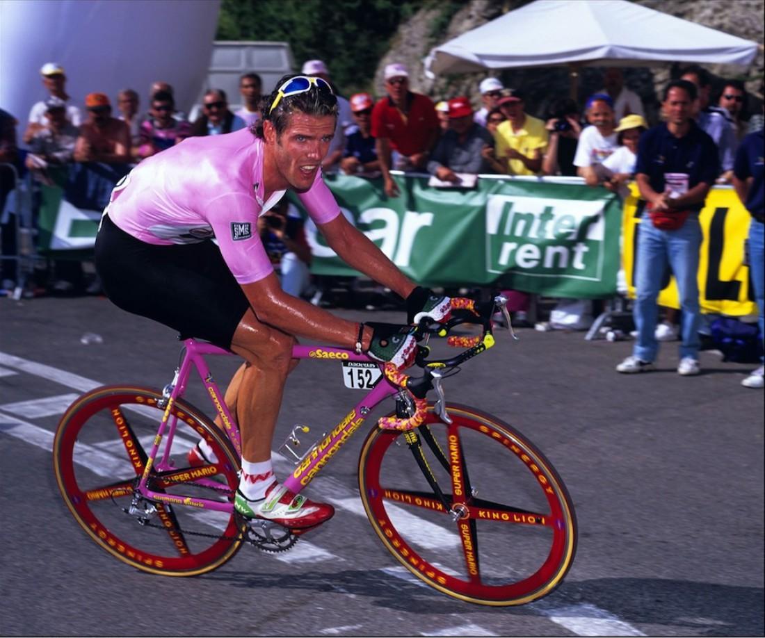 Марио Чиполлини и розовый кастомный CAAD лидируют на Giro