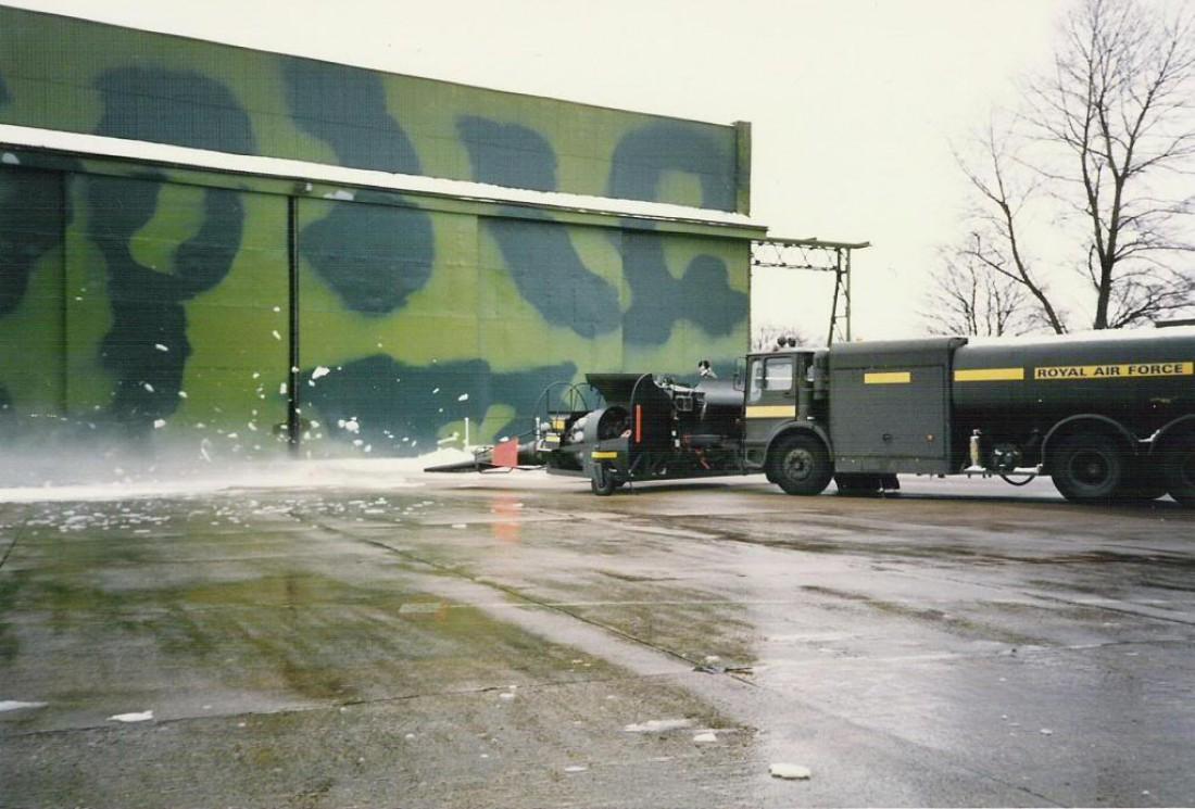 Runway deicing — машины, удаляющие лед со взлетной полосы