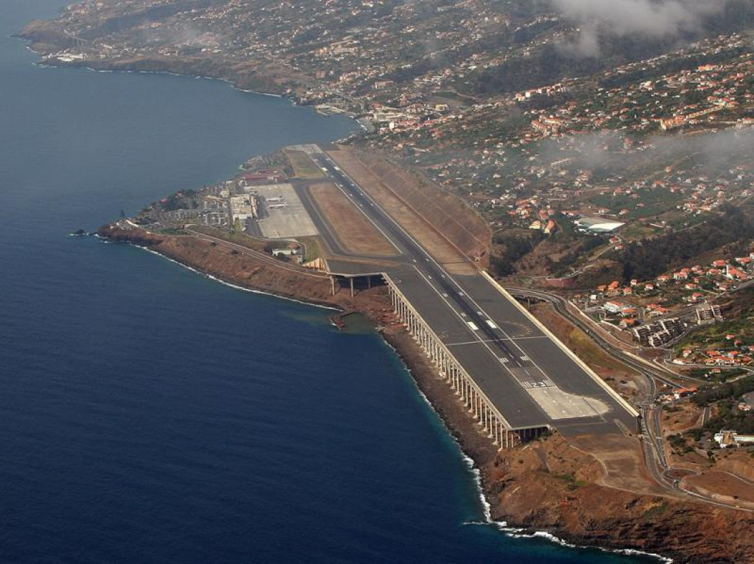Аэропорт Фуншал, остров Мадейра. Ранее имел 2 взлетно-посадочных полосы длиной 1600 метров каждая. В ноябре 1977 произошла катастрофа рейса 425 авиакомпании TAP Portugal —погиб 131 пассажир. В итоге было принято решение увеличить длину обеих полос. Теперь они — по 1800 метров