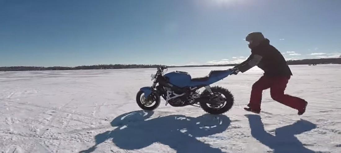 Горе-мотоциклист. Гонится за своим байком