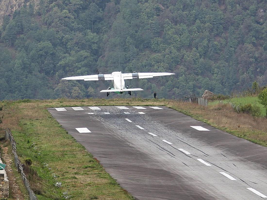Аэропорт имени Тэнцинга и Хиллари окружен горой и обрывом
