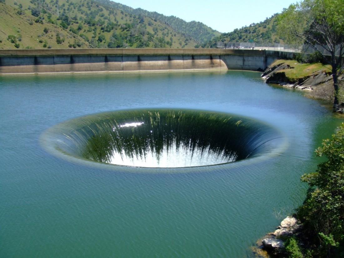 Плотина Монтичелло. Бывший город, нынче затопленный и названный озером Берриесса