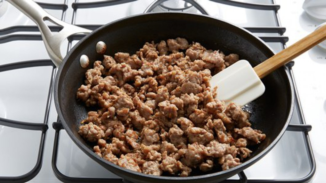 Жарь колбаски на среднем огне, чтобы не пригорали
